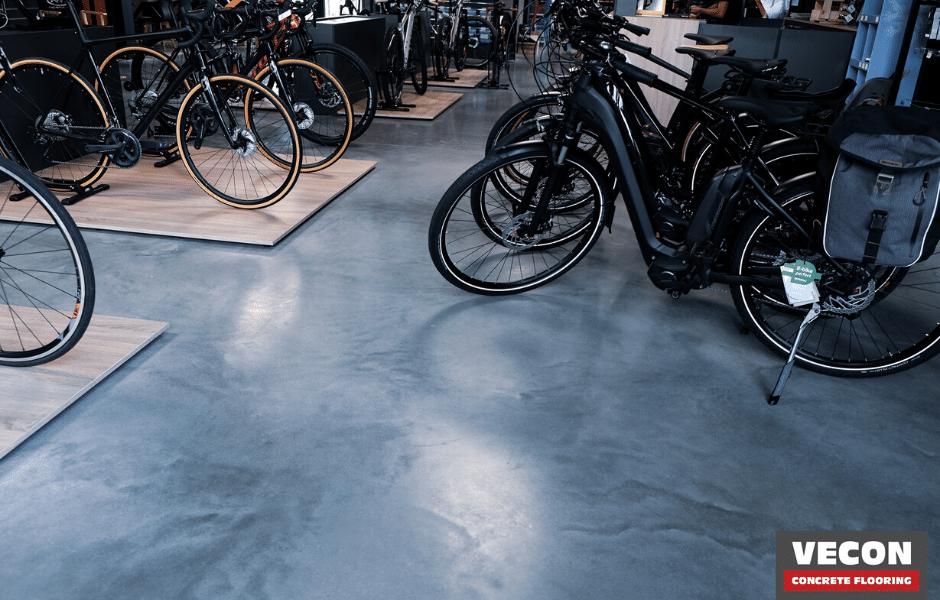 gepolierde betonvloer showroom velohuys