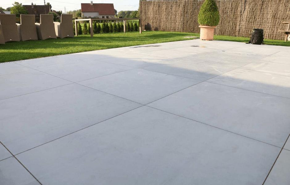 terras in gepolierde beton lichtgrijs